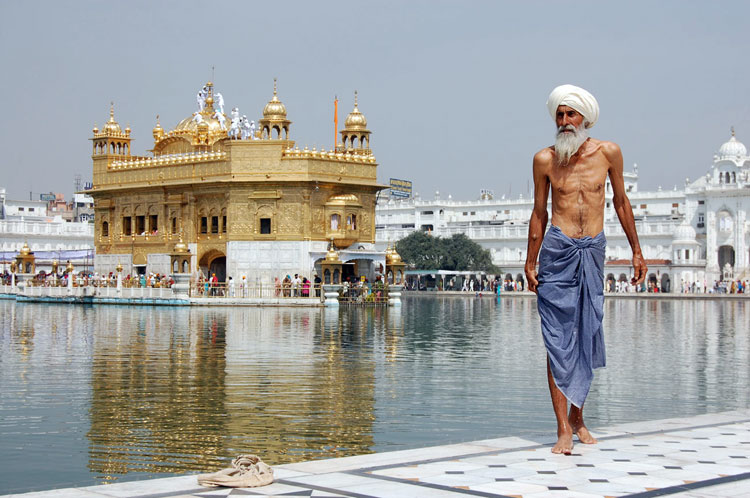 Sikh pilgrim Golden Temple, India